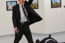 Сафири Русия дар Туркия дар ҳузури хабарнигорон кушта шуд